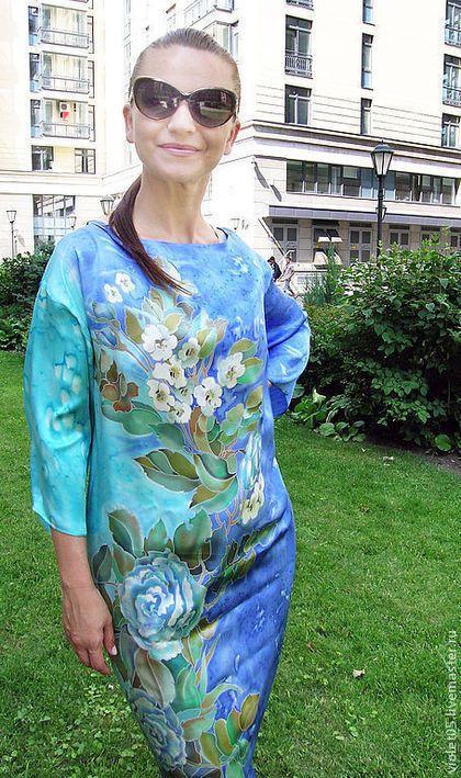 Купить или заказать Платье (кимоно) БАТИК  'Белые розы и жасмин' в интернет-магазине на Ярмарке Мастеров. Этот рисунок чудесно смотрится в самых разных моделях. На фото представлены для примера Атласная туника-кимоно для дома и пляжного отдыха и купон, заказанный для сарафана ( на фото он не отшит. только приложен к телу). Для тех, кто любит себя и привык к восхищению. Легкая, зеркально блесткая, нежная ткань - атлас (кимоно); более фактурная и объемная - крепдешин (сарафан).
