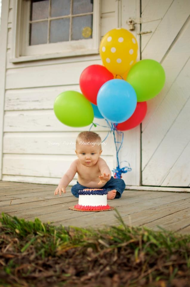 Not that my kid wanted anything to do with cake at that age, but I always regret not doing this for the sake of some cute pics :( //// 1st birthday cake smash pictures by Danny Parker Photography  https://www.facebook.com/dannyparkerphotography