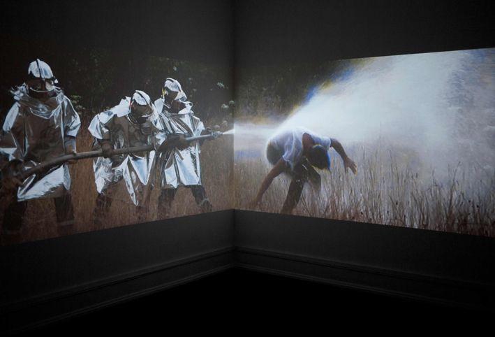 Vista da instalação do vídeo Ensemble, de Mel O'Callaghan na Galeria Belo-Galsterer 2013