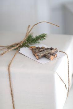 Weihnachtlicher Geschenkanhänger mit Tannenbaum aus Holz. Geschenke verpacken mit Naturmaterialien. #gifttag