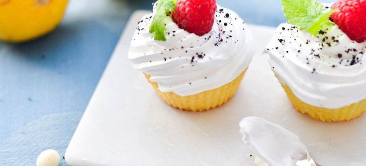 Super lækre cupcakes med frisk smag af citron og hvid chokolade toppet med guf. Drys med lakrids og pynt med hindbær. Sød og syrlig smag. Se opskriften her.