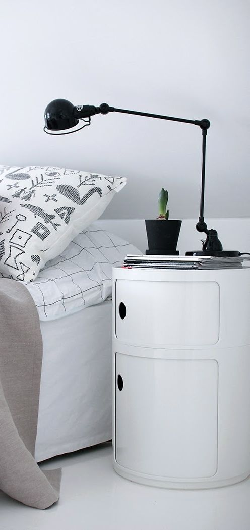 Black Signal S1333 table lamp by Jieldé and a white Componibili storage unit by Kartell. Via Pihkala.