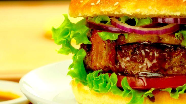 Hambúrguer havaiano com bacon para festas com temática tropical!