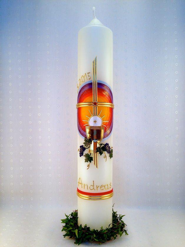 """Diese selbstentworfene Kommunionkerze """"Regenbogen mit Sonne"""" zeigt ein goldenes Kreuz mit einem roten Stein in der Mitte, im Hintergrund einen schönen Regenbogen in Kreisform. Weitere christliche..."""