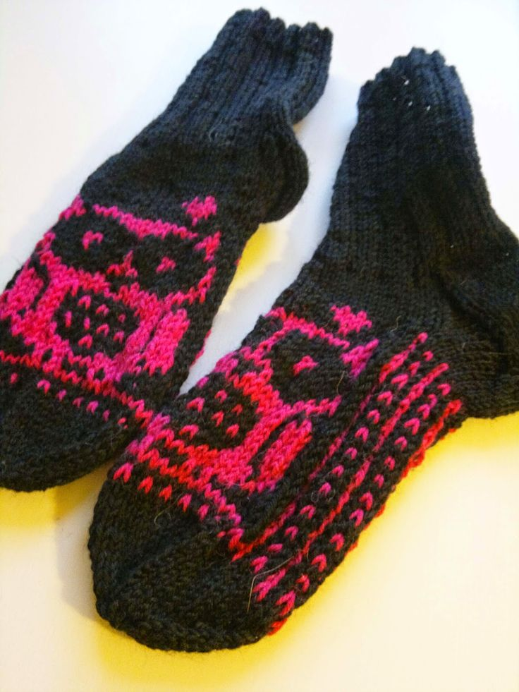 Knitted Owl -socks. Free knitting chart and instrctions.