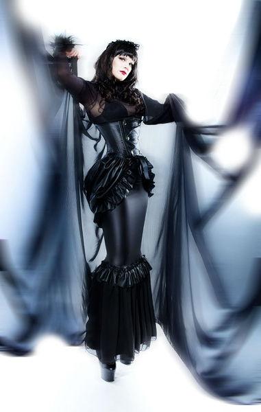 *Victorian Leder Bustle Schößchen gothic*    Schwarze Bustle aus Kunstleder aufwändig mit vielen manuell zerfetzten Rüschen verziert.    Kann im Gründ