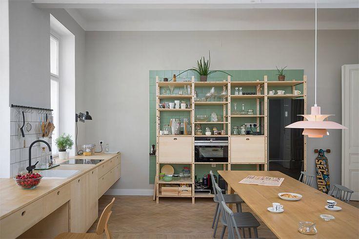 Este apartamento fica em Viena, na Áutria e foi reformado pelo escritório Kombinat, da Eslovênia. Ele, basicamente, está dividido em sala, quarto e uma áre