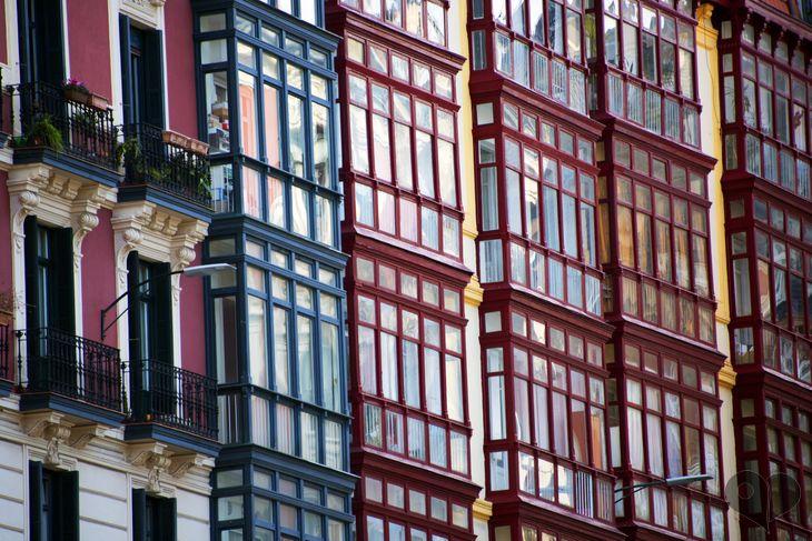 Art Lover Place - Achetez la reproduction de l'oeuvre Colorful bow windows. (Photographie) par Frédéric DUCOS