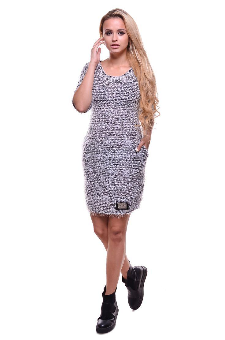 Платьепрямое из ткани букле Состав ткани: 90% полиэстер 10% вискоза. Производство: Италия. Параметры платья:  Обхват груди: 84 см; Обхват талии: 84 см; Длина по спине: 85 см. Рукав: длина внутренего шва: 23 см.  Прямое платье из ткани букле с рукавом 3/4 и круглой большой горловиной. Внизу на платье пришита металлическая пластина с гравировкой Miss Jeans. Купить платье вы можете в нескольких цветах.