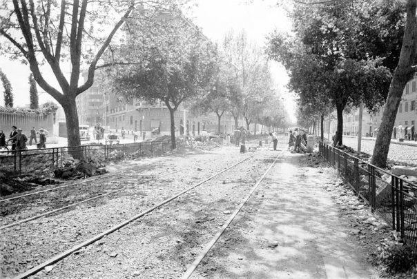 Lavori per la costruzione dei binari del tram in Via Ostiense (primo tratto) Anno: 1941