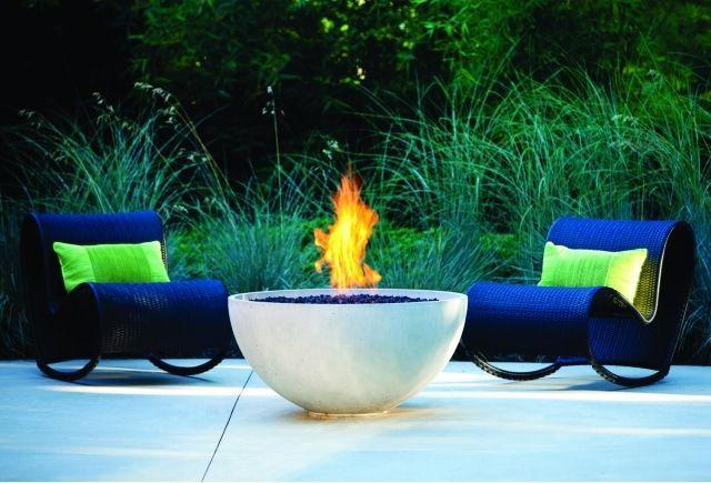 foyer de jardin en forme ronde avec chaises à bascule en couleur bleue