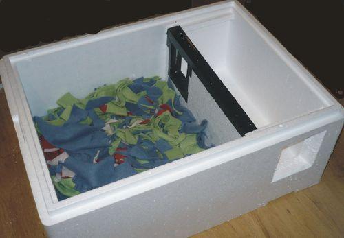 Jak przygotować styropianowy wkład do domku dla kotów?  Wyściółka z polarowych ścinków, wejście z przedsionkiem - wiatrołapem. Takie pudełko wkłada się do drewnianego domku / budki.