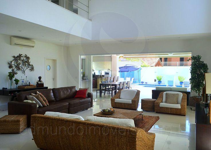 Ao cruzar a porta de entrada tem-se acesso à ampla sala, que foi dividida em dois ambientes bem integrados e planejados para o lazer dos amigos e familiares.