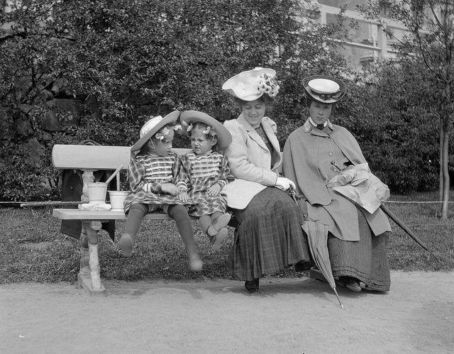 Women in Helsinki, 1906.  Pi och Ulla Berg, Pa Nyberg och Elsa Berg på Skatudden ca 1906. Foto Frans Nyberg. Ur boken Helsingfors i ord och bild