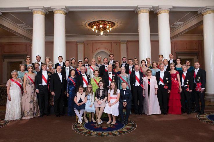 Kungaparet, Kronprinsessparet och Prinsparet är i Oslo för att delta i firandet av Kung Harald V och Drottning Sonjas 80-årsdagar. På tisdagskvällen inleddes festligheterna med en galamiddag på Kungliga slottet.  Foto: Thomas Brun, NTB-scanpix/Det kongelige hoff  #kungahuset #Kongeparet80år #kronprinsessparet #prinsparet