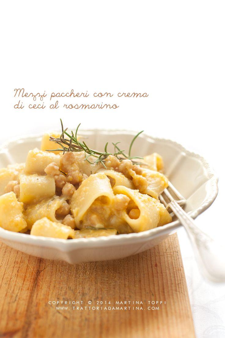 Quella di oggi non è una zuppa, ma proprio una pasta di grano duro con una crema di ceci frullati aromatizzata al rosmarino. Ne viene fuori un piatto davvero buono e gustoso, nonché insolito.
