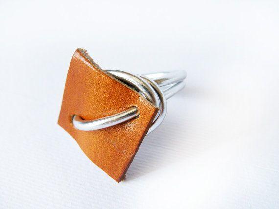 Anello wire wrapped pelle marrone caramello anello di SteamyLab, $25.00