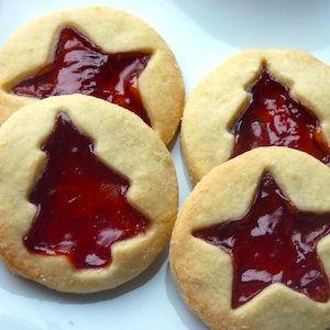 Deze met jam gevulde koekjes zien er altijd al feestelijk uit – maar met kerst springen ze er wel echt uit! Zorg voor wat kerstvormpjes om de sfeer er echt in te brengen. Leuk recept voor kinderen. http://dekinderkookshop.nl/recipe-items/kerstjamkoekjes/  Easy and fun christmas cookies for kids! Fun recipe to make your own pretty christmas cookies, filled with jelly.
