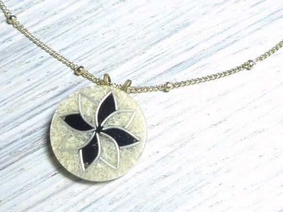 シルバーと黒で描かれた幾何学な八芒星がモノトーンシックなネックレス。 パッとお花が咲いたよう。 何にでも合わせやすそうな佇まいです。 表面に透明層があり、 ベ...|ハンドメイド、手作り、手仕事品の通販・販売・購入ならCreema。