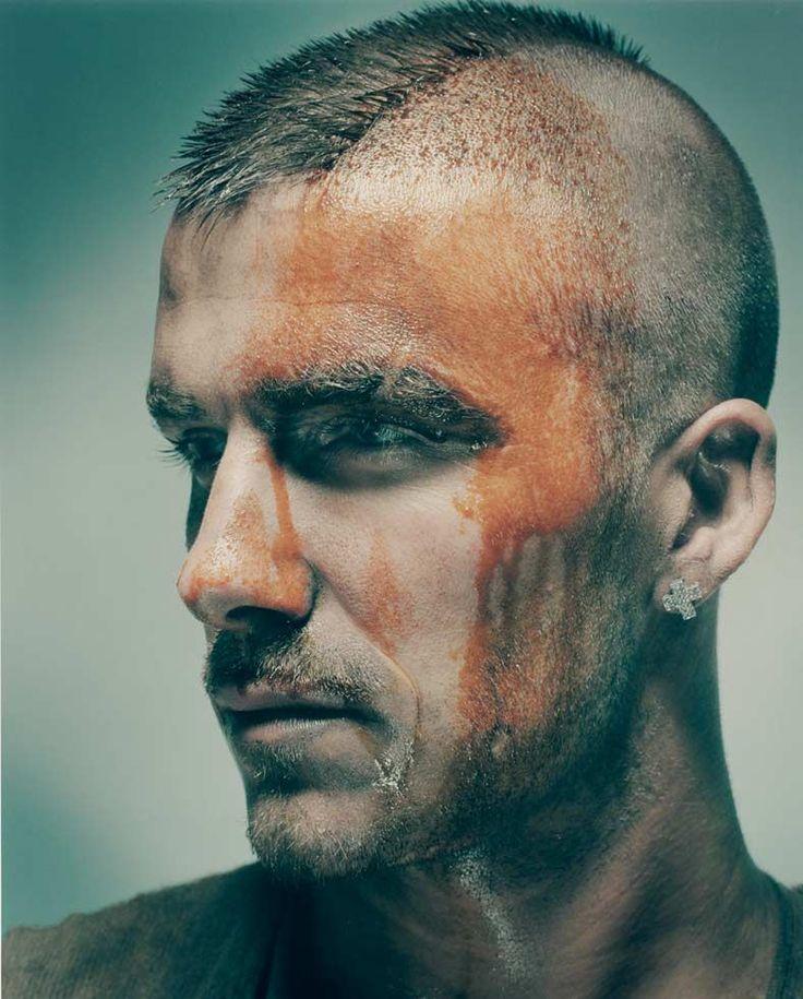 Der junge David Beckham, blutverschmiert, mit Irokesenschnitt und Brillant-Ohrring