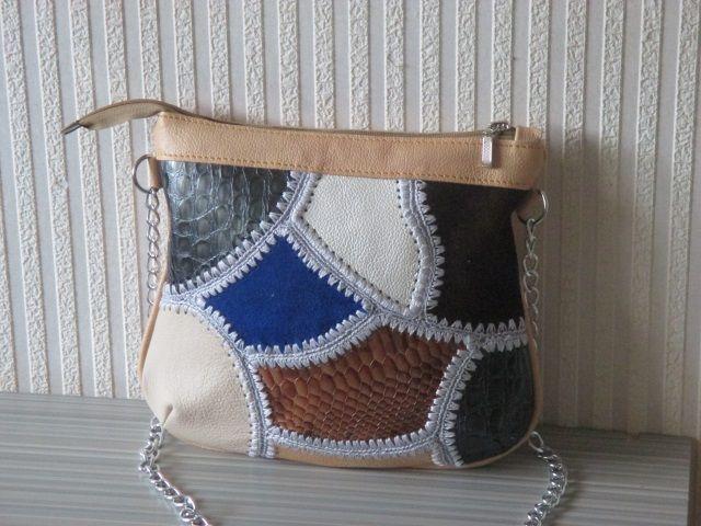 Яркая ,стильная сумочка с длинным ремешком-цепочкой ,длина 120 см., которая носится «через плечо». Впрочем, ее спокойно можно носить и на плече.Изготовление дополнительной ручки из кожи 350 рублей. Сумочка создана для ваших вечерних летних прогулок, театров и свиданий! Вход в сумочку застегивается на молнию.Внутри - одно отделение, в котором карман на молнии, карман для мобильного телефона. Лицевая сторона сумочки выполнена в технике (печворк) из натуральной. кожи.
