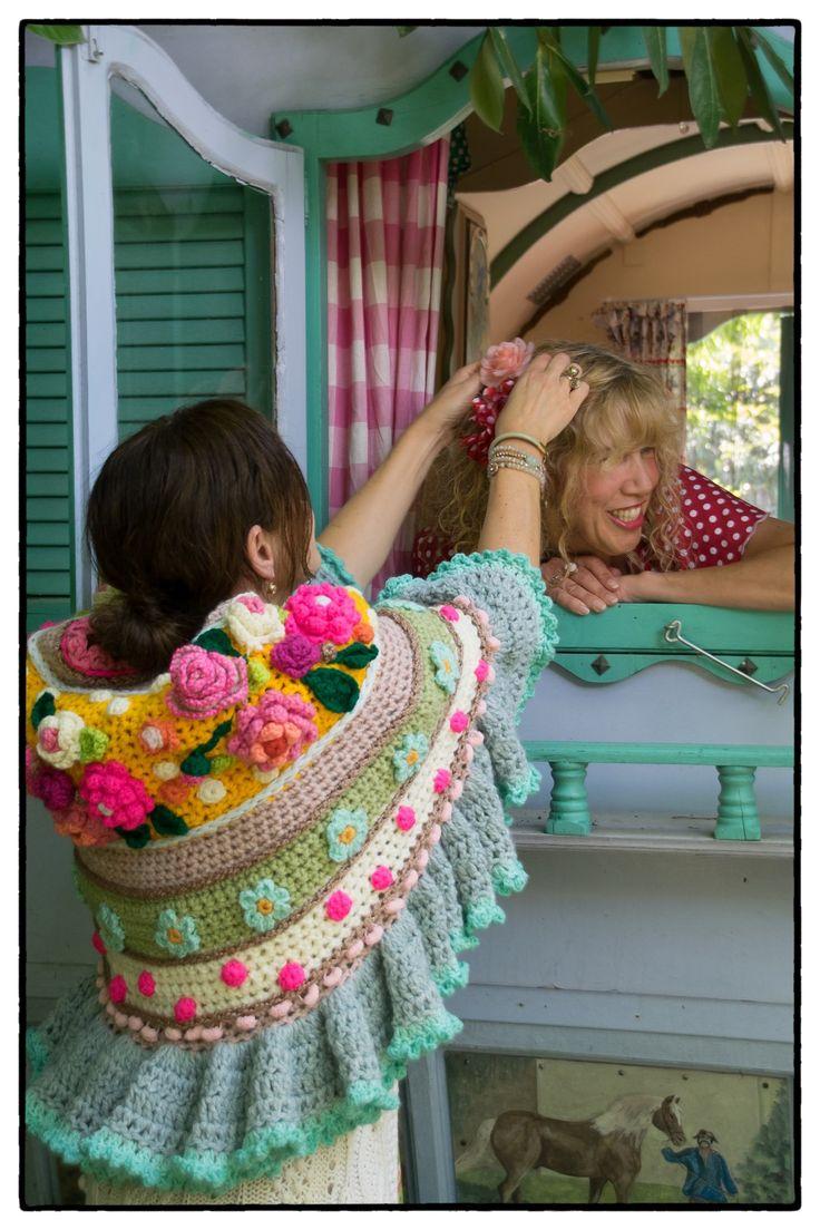 Adinda Zoutman, komt voor de 4e keer om met jullie te haken! Samen haken, samen lachen, samen smullen, samen haken, samen zwemmen, samen drinken, samen haken, samen kletsen, samen genieten…. en weer samen de deur uit met prachtige haaksels.. het kan allemaal, je kiest zelf wat je wil haken, een tas, een stola, een vestje …