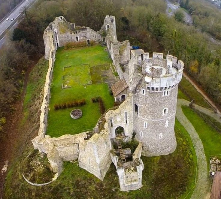 Le château de Robert le Diable  Au coeur de la légende médiévale de Robert le Diable  Château féodal remontant à la période des ducs de Normandie, est situé à Moulineaux, près de Rouen, en bordure de l'autoroute A13.