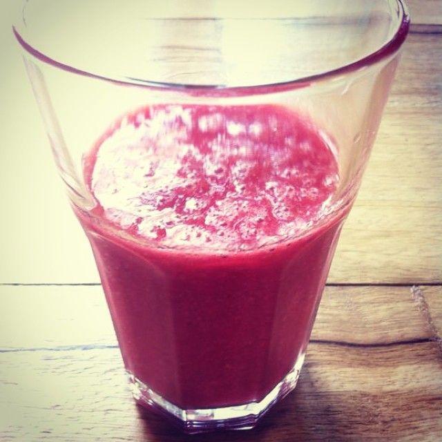 Een watermeloen framboos smoothie. Grote hoeveelheden watermeloen framboos smoothie maken, even in de vriezer, dan in de koelkast, de hele dag drinken!