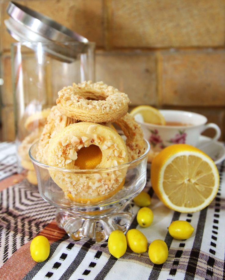 Zitrone Plaetzchen - Kue sehat dengan nama lain Lemon Cookies ini memiliki rasa lemon yang segar dan lembut. Bahan terpenting dalam pembuatan cookies ini adalah buah lemon yang kaya akan Vitamin C dan antioksidan, sehingga sangat bermanfaat bagi daya tahan tubuh. Total kalori: 1260 kcal Harga: Rp 65.000,- /box, Berat Netto: 300gr