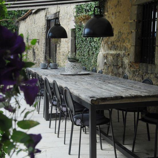 Overdekt terras La Paresse en Douce: Uren genieten in de ommuurde tuin. Op een van de terrassen of aan de lange tafel
