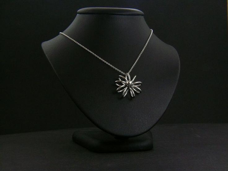 Nagyon szép ezüst lánc virágos medállal.