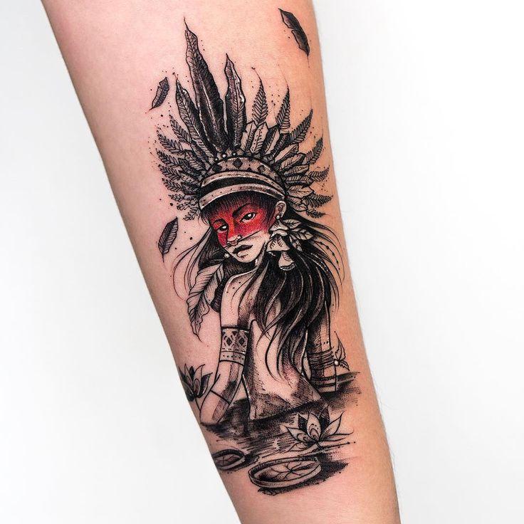 Tatuagem criada por Rob Carvalho de São Paulo.    India em preto e cinza com faixa vermelha no rosto.