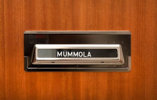 Tämä ovi aukeaa 70-luvun retromummolaan. Kuva: Sakari Kiuru / Helsingin kaupunginmuseo.