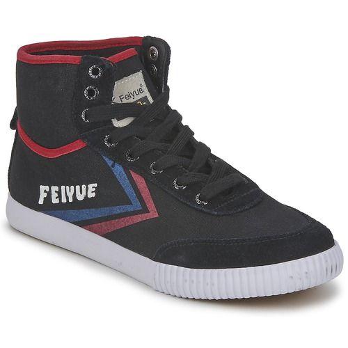 Det är märket Feiyue som har designat denna sköna, höga sneaker i trendig stil. Den är gjord av läder och textil, i vitt vilket ger den en sportig, helt aktuell stil. Modellen A.s High Origine 1920 har textilfoder, innersula i textil samt yttersula i gummi. Sneakers-fansen kommer inte att bli besvikna!  - Färg : Vit / Röd / Blå - Skor  473,00 kr