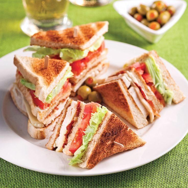 Remplacer le bacon par du prosciutto suffit pour ajouter un p'tit «oumf» aux clubs sandwichs!