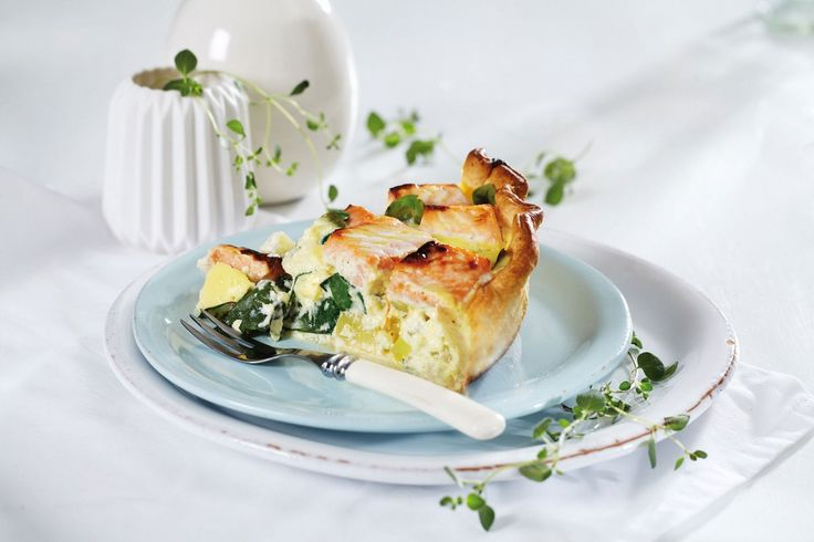 Chevre og laks passer ypperlig sammen, særlig i en pai sammen med spinat og Crème Fraîche.