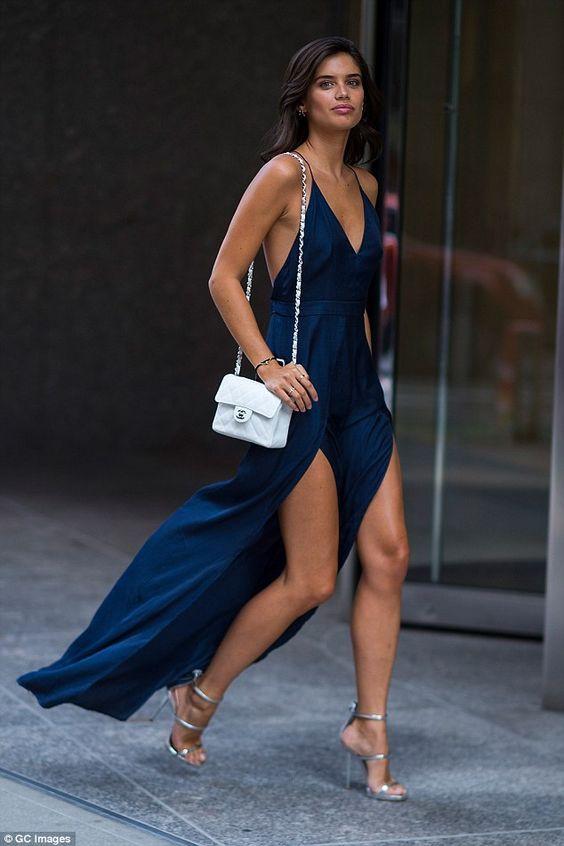 Qual sapato usar no seu look de festa. Vestido longo azul marinho com duas fendas e decote, sandália de salto com tiras metalizadas, prateadas, Sara Sampaio