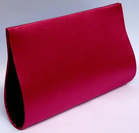 Carteira de Mão confeccionada em Cartonagem de modo artesanal. Estruturada e forrada com tecido shantung pink por fora e cetim preto por dentro. Linda! Fechamento em botão de metal com imã. CAC238 <br> <br>Medidas 25cm de comprimento x 13 cm de altura x 5 largura