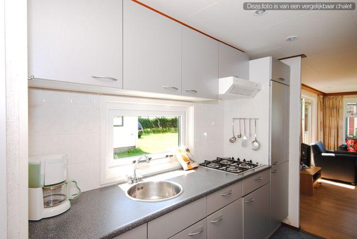 Familie Chalet T49 - Keuken #Ameland #Kooiker #verhuur #genieten #caravan #chalet #kooikerverhuur http://kooikerverhuur.nl