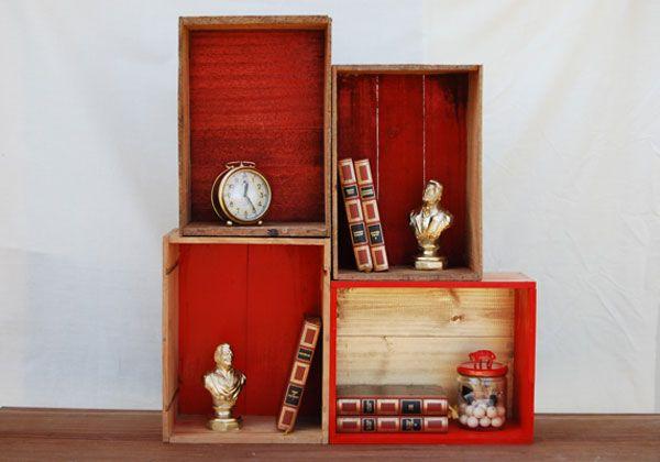Une étagère avec des caisses en bois, good idea !!