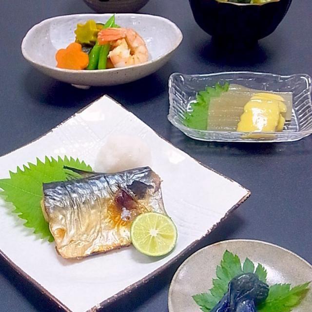 続き  秋野菜まで長い端境期になりそうです( ;  ; )  こんにゃくに見えるのは福岡のおきゅうと。朝ご飯で食べるらしい独特の食感の海藻加工品。自家製の田楽味噌を辛子味噌にアレンジして頂きました。  今日も美味しかった! - 31件のもぐもぐ - 今晩は、塩さば 大根 すだち、ちび茄子漬け、おきゅうと 辛子味噌、南瓜の炊合せ 人参 海老 いんげん 青麩、じゃがいもと玉ねぎ ワカメの味噌汁、ご飯  お魚の良いのに出会えず、今晩はノルウェー産の塩さばで定食風。  先日の台風11号の影響で、お義母さんの畑の野菜がやられてしまいました。お盆前に台風が来たのは珍しく、秋野 by akazawa3