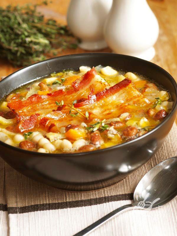 Bean soup with bacon - Nella tradizione contadina le zuppe di legumi, come questo Minestrone di fagioli con pancetta, erano un piatto unico molto comune sulla tavola.