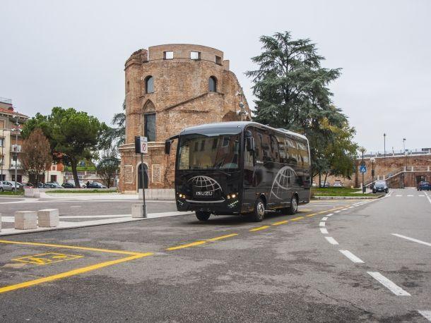 ISUZU NOVO ULTRA. I vantaggi di un minibus in un bus di grossa taglia