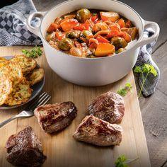 ALDI België - Recept - Everzwijnsteak met stoofpotje van wintergroenten en aardappel-courgettekoekjes