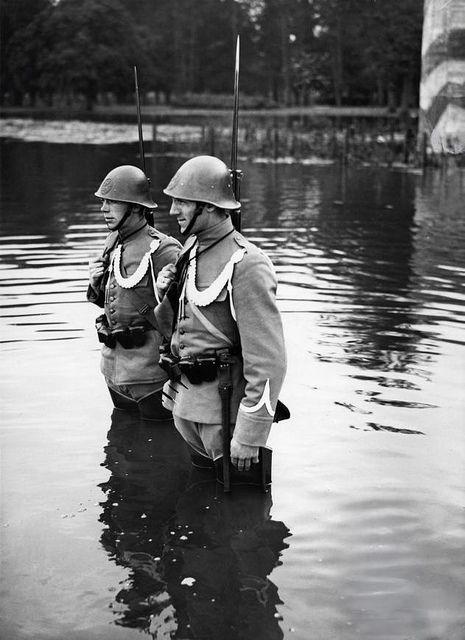 Soldaten in lieslaarzen staan op wacht in het inundatiegebied van de Hollandse Waterlinie tijdens de mobilisatie voor de Tweede Wereldoorlog, Nederland, november 1939. Mobilization in the Netherlands (Second World War). Dutch soldiers standing on guard. The Netherlands, location unknown, November 1939.