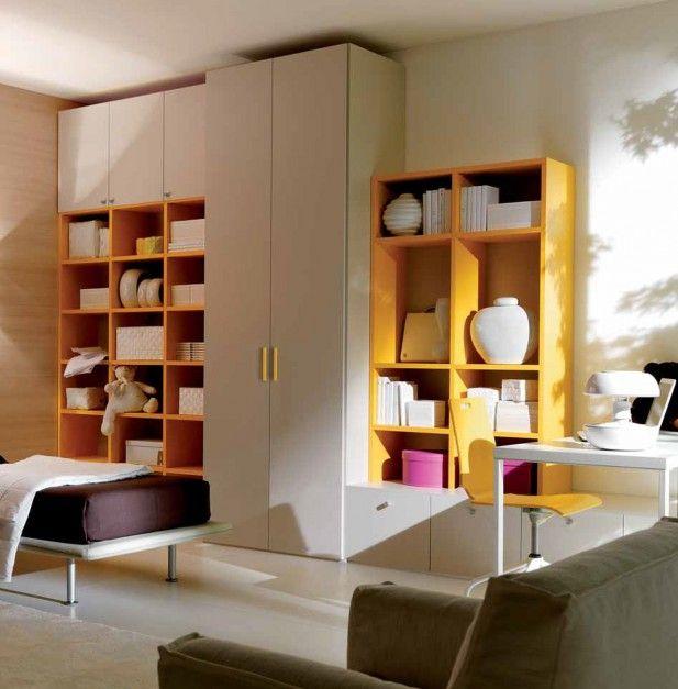 Żółte półki są nie tylko dekoracyjne, ale także niezwykle pojemne. Z powodzeniem można ustawić na nich cały kanon lektur szkolnych. Fot. Doimo Cityline.