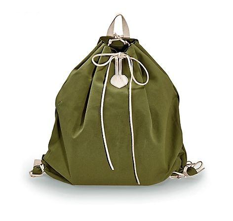 Traditioneller Schnerfer Rucksack aus grünem Leinen und hellen Lederriemen, großer Waidsack wie anno dazumal – jetzt bei Servus am Marktplatz kaufen.