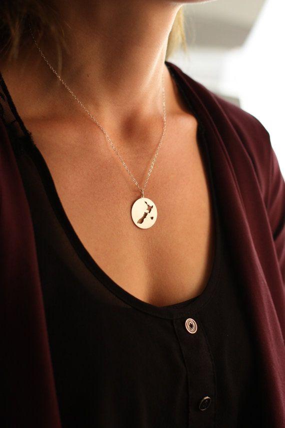 New Zealand Halskette - Landcharme - tropische Halskette - tropischen Charme Geschenk ihr - Insel Halskette - Circle Anhänger personalisieren ihre  Neuseeland-Collier in Sterlingsilber von IvyByDesign auf Etsy.  Herz kann entfernt werden... Bitte sagen Sie mir in das Feld Notiz zu IvyByDesign nachdem Sie die Halskette zu Ihrem Warenkorb hinzuzufügen.  ------------------------------------------- VERARBEITUNGSZEIT Wir liefern innerhalb von 1-2 Werktagen! Überprüfen Sie während der Ferien Shop…