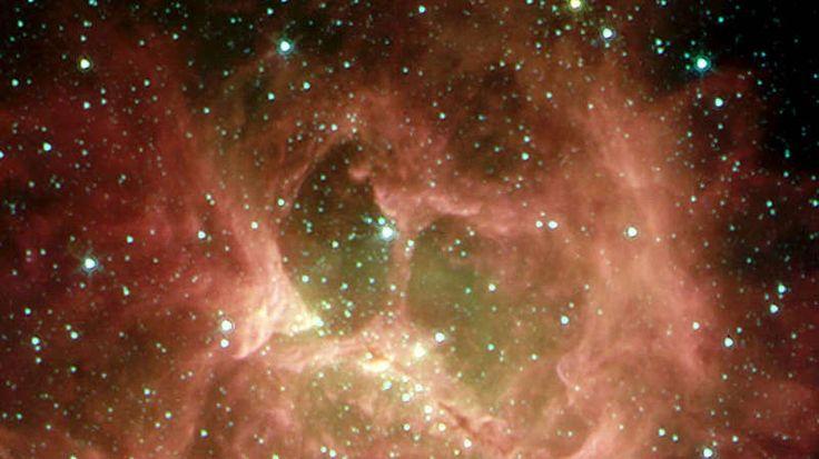 Der Geisterkopf-Wie ein Geisterkopf (Bild) mutet der kosmische Nebel NGC 2467 an. Die intensive Ultraviolett-Strahlung der jungen Sterne verleiht dem Nebel sein farbenfrohes Licht. Es handelt sich um eine gewaltige Wolke aus Gas und Staub, in der sich schon zahlreiche junge und sehr heiße Sterne gebildet haben. Auch dieser Nebel ist also ein Ort aktiver Sternentstehung. Einigen ist es bereits gelungen, sich aus dem dichten Gas- und Staubkokon zu befreien, in dem sie geboren wurden. NGC 2467…