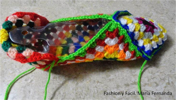 Tutorial de ganchillo para hacer slippers de punto afgano o grany squares (Step by step tutprial to make slippers with granny squares) Los materiales que vas a necesitar son: Lana de diferentes col…
